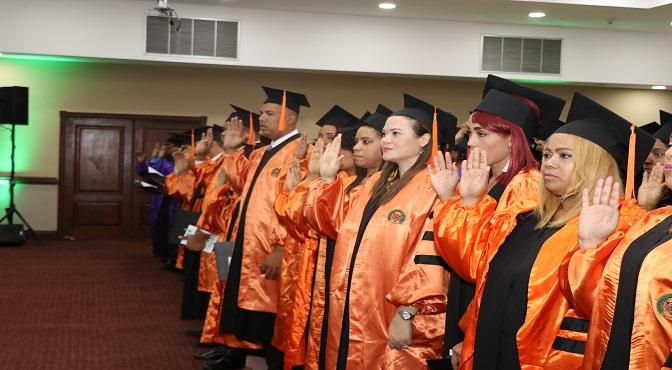 UCE especializa 202 nuevos profesionales en diversas áreas del saber científico