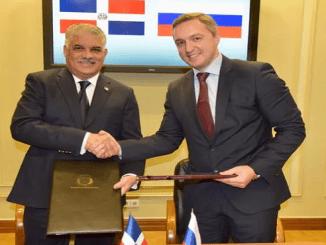 El canciller dominicano, Miguel Vargas, y el viceministro de Desarrollo Económico de la Federación rusa, Maksimov Timur Ígorevich, durante la firma del convenio.