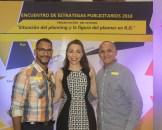 Juan Tolentino de Vimarte Publicidad y Victor Abreu profesor UASD de Vimarte Publicidad junto a la Dra. Wanda Cardenes
