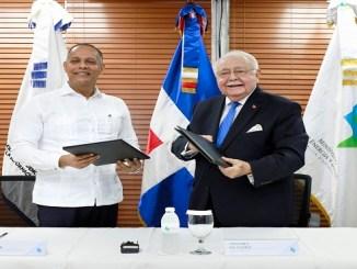 El director general de la OPTIC, ingeniero Armando García y Antonio Isa Conde, ministro del MEM