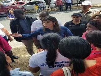 La doctora Mirna Font-Frías mientras orientaba a los comunitarios sobre la prevención del dengue