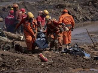 Rescatistas recuperan cuerpo sin vida tras el colapso de la de la presa de Brumadinho