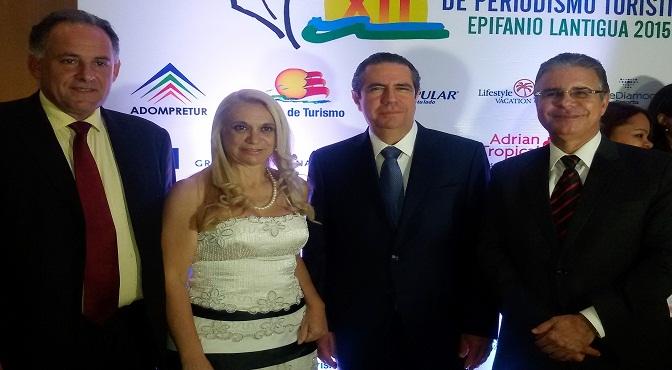 Roque Baudean, de Uruguay, Miriam Petrone, de Brasil, y Luis José Chávez, a, junto al Ministro de Turismo Francisco Javier