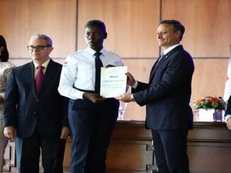 Jean Rodríguez en compañía de los demás funcionarios que participaron en el acto, hace entrega del certificado a la agente VTP María Noeli Anciany Osoria, quien obtuvo la más alta puntuación en el diplomado.