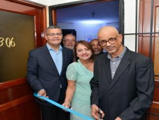 El doctor Jose Pichardo corta la cinta junto a los doctores Rosanna Pérez y Alfredo Matos.