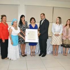Entregan reconocimiento a Embajadora de Argentina Nora Elizabeth Capello.