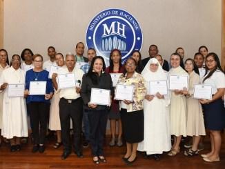 Representantes de las organizaciones sin fines de lucro que fueron beneficiadas con los equipos donados