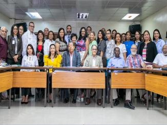 La doctora Mirna Font-Frías, directora del SRSM y el doctor Rafael Urbardino Jáquez, director de la Oficina de Coordinación de la Gestión Desconcentrada de la Rectoría juntos a los DPS, DAS y gerentes de Área