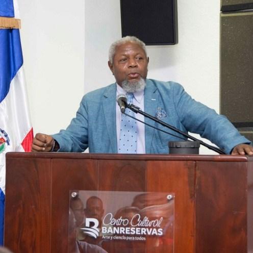 El encargado del Centro Cultural Banreservas mientras se dirige a los presentes durante la apertura de la Muestra Cultural portuguesa y dominicana.