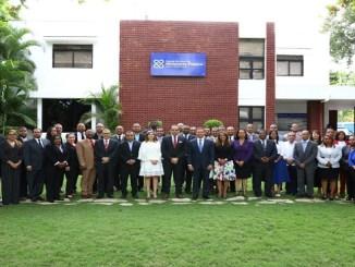 El procurador Jean Rodríguez (centro con corbata azul) y la rectora de la ENMP Gladys Sánchez (a la izquierda con blusa negra) junto a los miembros del Ministerio Público de distintos departamentos judiciales del país que participan en el diplomado.