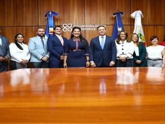 El procurador Jean Rodríguez y la ministra Robiamny Balcácer (centro) junto a los demás miembros del Ministerio Público y del Ministerio de la Juventud que estuvieron presentes en el acto de firma del acuerdo en la sede de la Procuraduría General de la República.