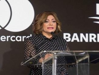 Antonia Subero, directora general de Negocios Electrónicos y Canales de Banreservas, mientras explicaba a los presentes los beneficios de la nueva tarjeta Mastercard Black Banreservas.