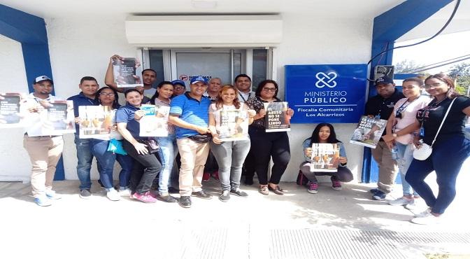 El fiscal titular de SDO, magistrado Edward López, junto a otros miembros de la institución encabezó la labor de concienciación para la prevención de la violencia de género en la comunidad de Los Alcarrizos.
