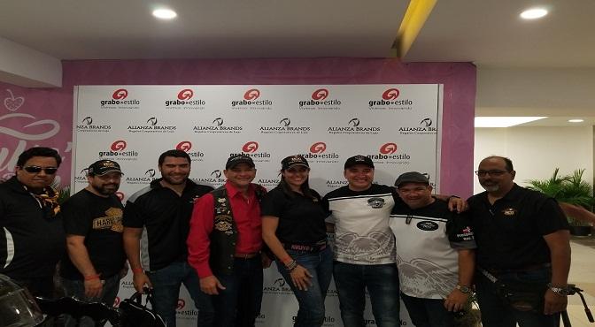 Al centro Ignacio Glass junto a corredoies de motocicletas Harley Davidson en su visita a Grabo Estilo Punta Cana.