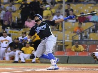 Jorge Bonifacio observa la dirección de la pelota en el jonrón que disparó anoche