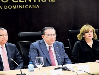 Donald Guerrero, Héctor Valdez Albizu y Clarissa de la Rocha.