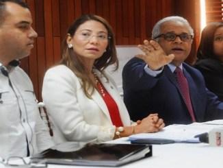 El ministro de Salud, Rafael Sánchez Cárdenas, junto a Alma Morales, de la OPS, y otros funcionarios, cuando hablaban ayer para la prensa sobre el combate al coronavirus.