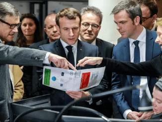 El presidente francés Emmanuel Macron y el ministro de Sanidad, Olivier Véran, escuchan al profesor Pierre Carli (izquierda), director de los servicios de urgencia del hospital Necker SAMU-SMUR, durante una visita al centro asistencial el 10 de marzo de 2020