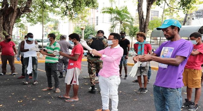 Detenidos por incumplir toque de queda se alistan para realizar trabajo comunitario.