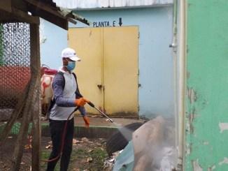 Miembros de las referidas instituciones mientras realizan labores de desinfección y fumigación en la cárcel pública Juana Núñez del municipio de Salcedo.