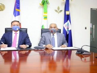 El procurador Jean Rodríguez y el ministro Osmar Benítez durante la firma del acuerdo que establece la implementación de programas orientados a la capacitación y fomento de la siembra de diversos cultivos y la crianza de animales.