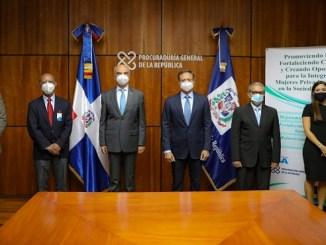 El procurador Jean Rodríguez junto al embajador de la Unión Europea Gianluca Grippa y los demás participantes en la puesta en marcha del proyecto.