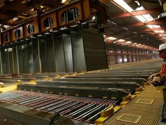 Un trabajador de la mina Escondida de BHP, el mayor yacimiento de cobre del mundo, dentro de la planta de cátados, en Antofagasta, Chile