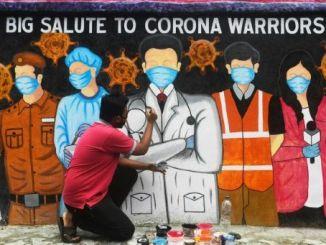 Un artista aplica las pinceladas finales sobre un mural que representa a los trabajadores en la primera línea de combate a la covid-19, en Calcuta, India, el 5 de agosto de 2020