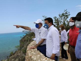 El presidente Luis Abinader, junto al ministro de Turismo, David Collado, durante el recorrido a través de las áreas de explotación turística de Pedernales. El mandatario anunció que el Gobierno modificará el Máster Plan para adaptarlo a ciertas condiciones orientadas a su desarrollo.