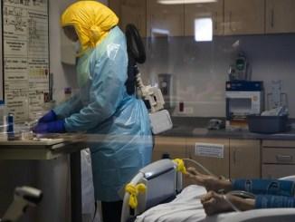 Un profesional sanitario atiende a un paciente con coronavirus en El Centro Regional Medical Center en El Centro, California, donde se ha registrado un récord de contagios (Jae C. Hong / AP)