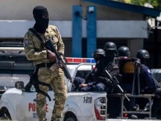 Miembros de las Fuerzas de Seguridad en Puerto Príncipe frente a la Dirección General de Policía, donde permanecen retenidos los sospechosos del asesinato del presidente haitiano, el 10 de julio de 2021.