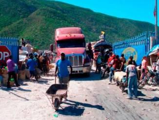Un camión con mercancia se dispone a atravesar la frontera con Haití