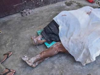 En la foto se ven los cuerpos de personas no identificadas, parcialmente cubiertas, luego del terremoto en Les Cayes, Haití el sábado 14 de agosto del 2021. Un terremoto de 7.2 de magnitud afectó Haití, con el epicentro a unos 125 kilómetros de la capital Puerto Príncipe.
