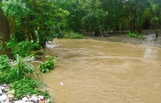 Desbordamiento de cañada en la carretera La Isabela.
