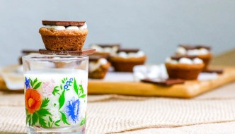 Desserts Required's S'more Cookie Cups #SundaySupper start with brown sugar cookies that are topped with marshmallows and a then chocolate. Perfect recipe for a bbq or picnic.