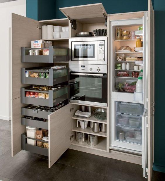 ensemble d'armoires aménagées de cuisiniste