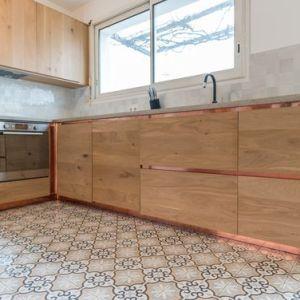 cuisine contemporaine en bois sans poignées