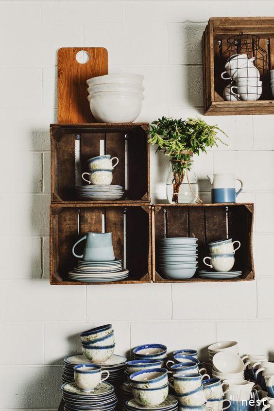 Rendez votre cuisine unique avec les étagères diy récupération caisses en bois
