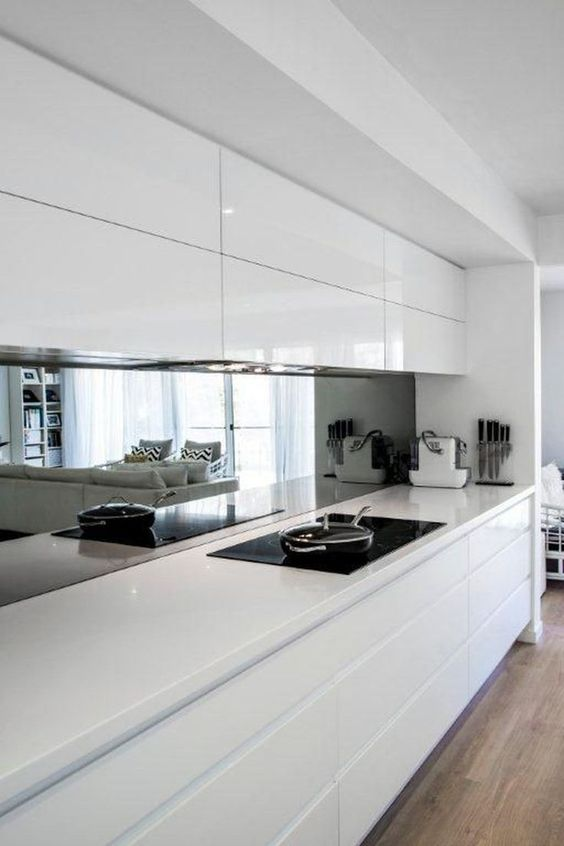 cuisine contemporaine épurée avec crédence miroir