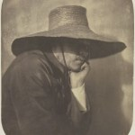 photo d'un homme de profil avec un chapeau de paille