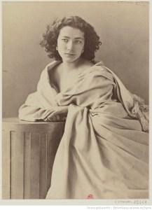 portrait photo d'une jeune femme brune