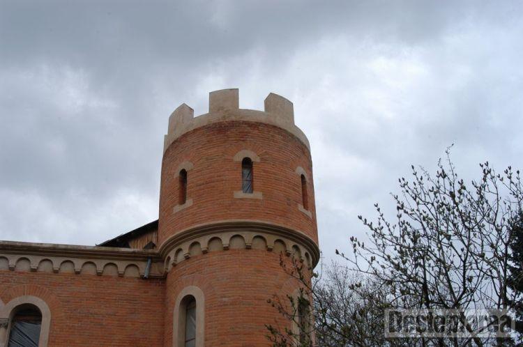 Imagini pentru castelul rosu de la lilieci hemeius