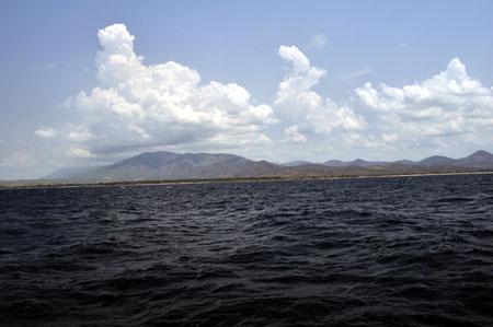 Cumulus et Mahale mountains. Plage de Sibwesa à Isonga.