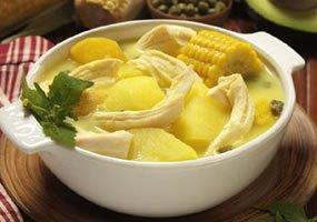 Une assiette d'ajiaco, plat typique colombien