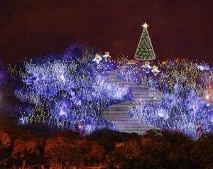 Vue sur la colline Cerro Nutibara lors des illuminations de Noël dans la ville de Medellin, Colombie