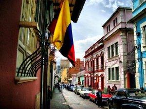Une ruelle typique de la Candelaria, avec un drapeau colombien