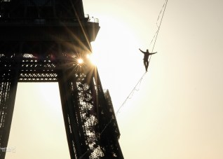 World record of highline in Paris Tour eiffel sdd