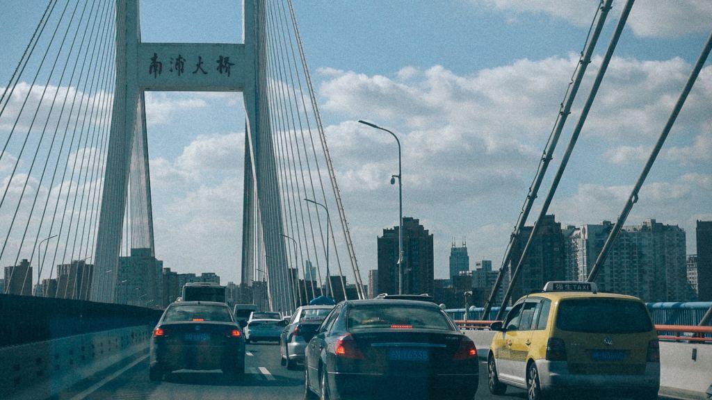 Importação por encomenda em inglês Carros trafegando em avenida sobre ponte