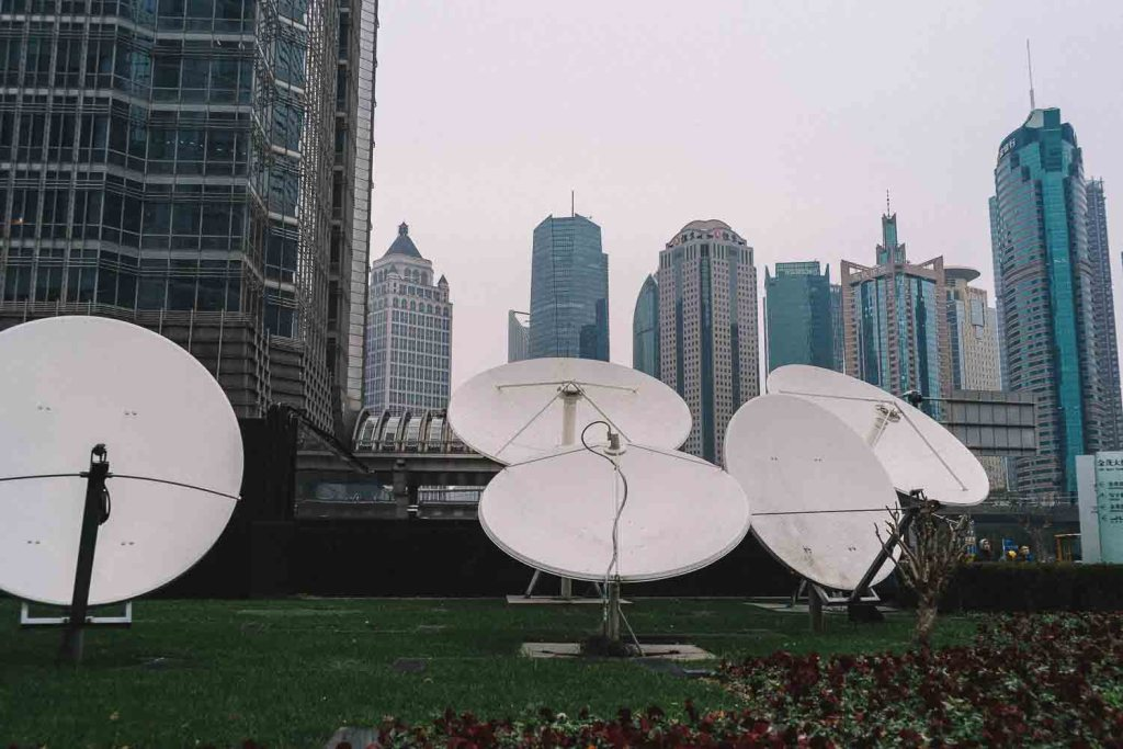 Antenas brancas em jardim na China