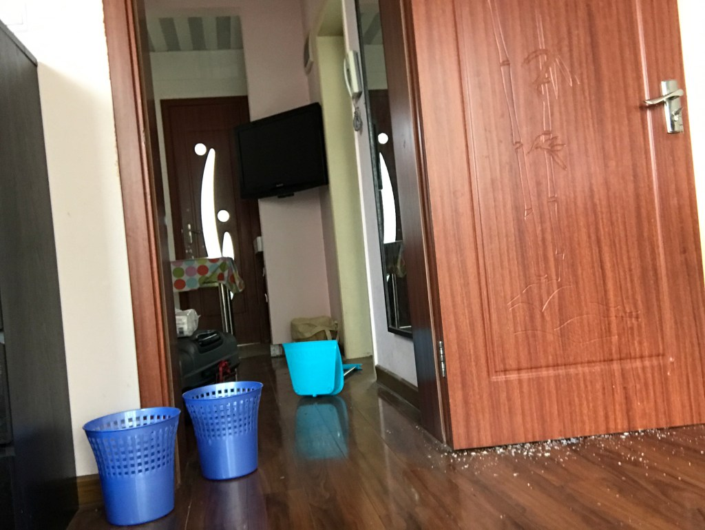 Apartamentos na China são sujos Foto apartamento China, portas e piso madeira